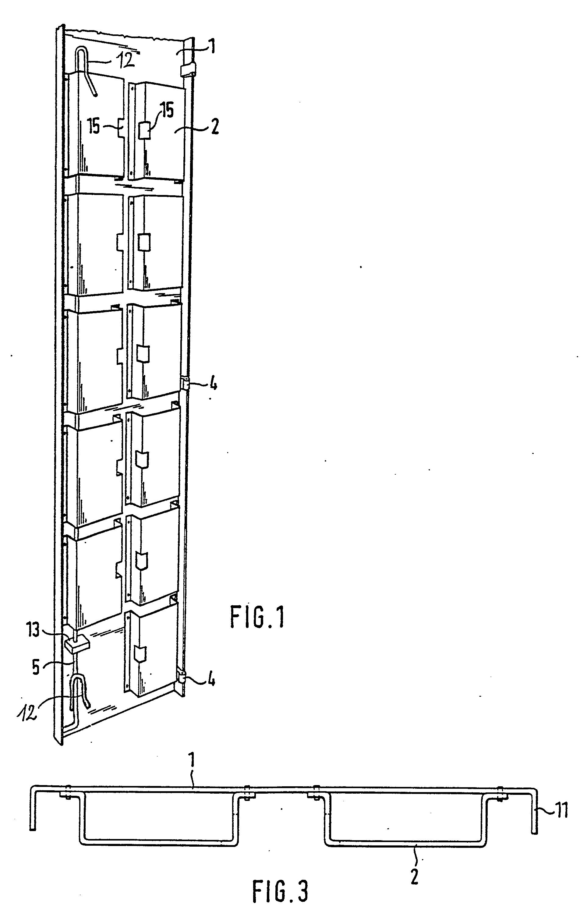 patent ep0336315a1 vorrichtung zum verhindern des besteigens von leitern durch unbefugte. Black Bedroom Furniture Sets. Home Design Ideas